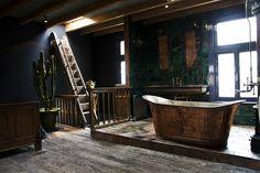 Copper bathtub, antique tub, old wooden floor, metallic tiles, witjes, green, bathroom, gold, vintage, interior, cactus