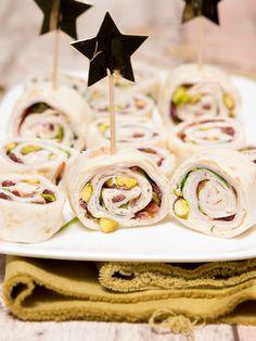 Wraprolletje met kalkoenfilet, roomkaas en cranberry - Keuken♥Liefde Snacks, Table Decorations, Christmas, Pistachio, Salads, Tapas Food, Yule, Appetizers, Xmas