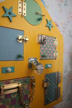 Casita Sensorial. Materiales BIOSORI. #Biosori. Sensory House.Sensory Board. Latch Board. Toddler activity board. Montessori-inspired . Material Montessori #montessorimaterial  https://www.facebook.com/materiales.biosori