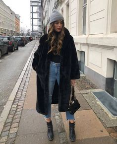 Velvety coat 😍 Outfits 2019 Outfits casual Outfits for moms Outfits for school Outfits for teen girls Outfits for work Outfits with hats Outfits women Trend Fashion, Fashion Mode, Winter Fashion Outfits, Fall Winter Outfits, Look Fashion, Autumn Winter Fashion, New York Winter Outfit, Fashion Clothes, Clothes Women