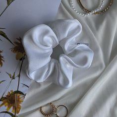 Lisieux c'est le chouchou blanc par excellence. Son tissu est léger et légèrement satiné, on l'a choisi pour qu'il s'accorde avec des tenues habillées comme décontractées. Lisieux, Scrunchies, Comme, Brooch, Jewelry, Fashion, Outfits, Fabric, White People