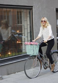 Today i pimped my ride with some flowers and a lovely bicycle basket. Great tip to you who wants to freshen up your old ride. Happy gal!