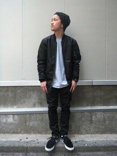 黒MA-1を黒のチノパン、黒スニーカー、グレーのTシャツと合わせたコーデ