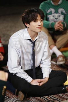 Find images and videos about kpop, bts and jungkook on We Heart It - the app to get lost in what you love. Foto Jungkook, Foto Bts, Jungkook Lindo, Jungkook Cute, Kookie Bts, Jungkook Oppa, Kim Namjoon, Bts Bangtan Boy, Seokjin