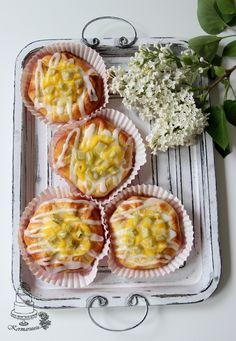 rhubarb- vanilla bun Baked Doughnuts, Sweet Pastries, Sweet And Salty, Something Sweet, Baked Goods, Pineapple, Vanilla, Muffin, Fruit