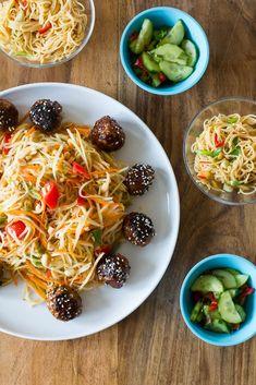 Som Tam - Thailändischer Papayasalat mit glasierten Hackbällchen sowie thailändischem Gurkensalat und Reste-Ramensalat