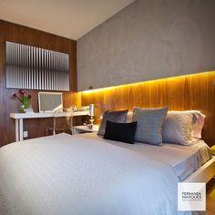 """""""Dormitório com cabeceira em madeira e detalhe cimentício @cementdesignbrasil +iluminação indireta. Almofadas by @codexhome . Ao fundo, bancada de…"""""""