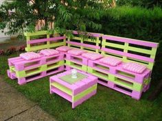 Old shipping pallet outdoor furniture for garden Pallet Garden Furniture, Diy Furniture Couch, Pallets Garden, Outdoor Furniture Sets, Furniture Layout, Furniture Ideas, Furniture Removal, Furniture Movers, Furniture Stores