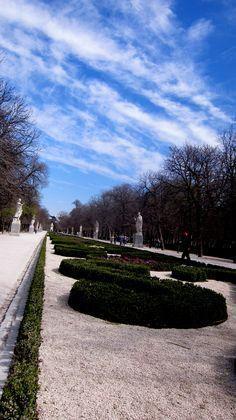 es fácil rendirse al cielo de madrid (pº de argentina o de las estatuas, parque del retiro)