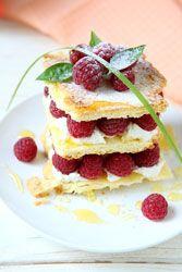 Millefeuille Framboise Mascarpone, un dessert croustillant sur une mousse vanille au mascarpone et de framboises fraiche