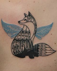tattoo farbe schwarzer fuchs mit blauen flügeln