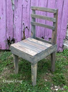 Old Pallets Rustic Wooden Pallet Chairs: Those lovely chairs with a rustic and vintage look are entirely made from recycled wooden pallets. - Those lovely chairs with a rustic and vintage look are entirely made from recycled wooden pallets. Wood Pallet Art, Diy Pallet Sofa, Diy Pallet Projects, Wood Projects, Pallet Chairs, Wood Chairs, Pallet Ideas, Old Pallets, Recycled Pallets