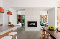 This bright and airy extension to a California bungalow by Melbourne-based BG Architecture is all about flexible open plan living and a seamless Melbourne, Home Interior Design, Interior Architecture, Oasis, Modern Lake House, Modern Houses, Casa Loft, California Bungalow, Sweet Home
