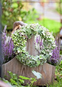 kuva Hydrangea Bouquet, Country Wreaths, Wreaths And Garlands, Rustic Gardens, Outdoor Landscaping, Fall Flowers, Autumn Inspiration, How To Make Wreaths, Paper Flowers