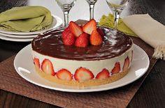A Torta de Morango com Chocolate é uma sobremesa para comer com os olhos e se deliciar. Faça e agrade toda a família! Veja Também:Torta de Banana com Choc