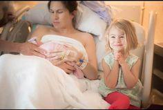Reação de uma criança ao ver sua irmã recém nascida pela primeira vez. É muita felicidade nesse olhar!