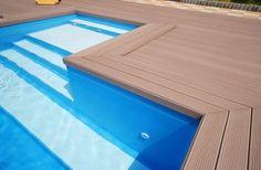 Vlonderplanken bij een zwembad | Twinson vlonderplanken combineren de warme uitstraling van hout en de duurzaamheid van kunststof. Dankzij hun natuurlijke aanzicht vormen de Twinson vlonderplanken een perfecte harmonie met uw buitenomgeving. Twinson is waterbestendig, splijt niet en is splintervrij. De grondstof Twinson is een houtkunststof composiet dat 100% recyclebaar is. Daarmee is Twinson een milieuvriendelijk alternatief voor hardhout.