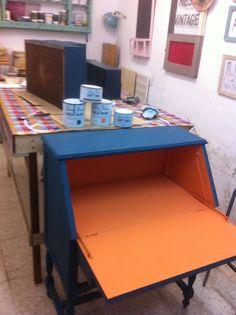 Escritorio  en Aubusson blue y Barcelona orange, en Bless this mess vintage