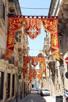 Décoration des rues pour les fêtes saintes.  Malte est une île très croyante avec des églises à la hauteur de l'ego des chevaliers qui les ont commandés
