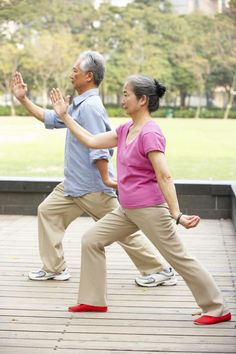 Qigong or Qi Gong (also Chi Kung) Kettlebell Training, Cardio Training, Fitness Senior, Sport Fitness, Benefits Of Tai Chi, Tai Chi Movements, Yoga Gurt, Tai Chi Moves, Tai Chi Exercise