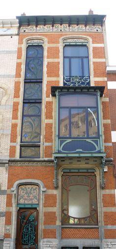 Bruxelles art nouveau (Belgique), 42, 44, 46 rue de Belle-Vue,  ensemble de trois maisons conçues par l'architecte Ernest Blérot, les nos 42 et 44 pour un même commanditaire en 1899, le no 46 pour l'architecte lui-même en 1897.   by Marie-Hélène Cingal