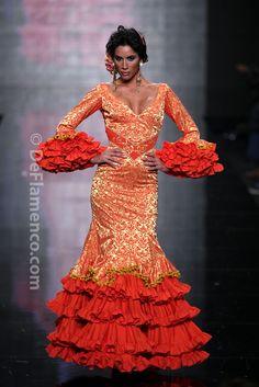 Fotografías Moda Flamenca - Simof 2014 - Alicia Cáceres 'Embrujo del sur' Simof 2014 - Foto 06 Flamenco Costume, Flamenco Dancers, Flamenco Dresses, Rose Bonbon, Spanish Dancer, Tango Dress, Spanish Fashion, Exotic Beauties, Colorful Fashion