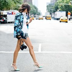 Stylish ways to wear a FLORAL BLAZER: Pair it with tailored shorts to create a summer suit. Style it with denim for a more classic take. How To Wear Blazers, Sequins And Stripes, Blazer And Shorts, Tailored Shorts, Floral Blazer, Floral Jacket, Floral Shorts, Summer Suits, Editorial Fashion