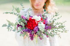 Brautkleid mit Trompetenärmeln | Friedatheres.com purle bridal bouquet Fotos: Gaus Fotografie Blumen: Grant Hochzeit