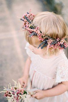 Inspire-se nessas ideias de guirlandas delicadas para daminhas! Com flores no cabelo, as crianças ficam ainda mais fofas no casamento!
