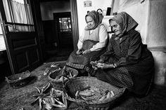 Falun még az esti pihenés is dolog volt: kukoricamorzsolás Bratislava, Budapest Hungary, Old Photos, History, Fictional Characters, Life, Art, Art Background, Historia