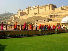 По прибытии экскурсия по городу. Джайпур, столица и крупнейший город Раджастхана, был построен махараджей Джай Сингхом II, правителем Амбера, в 18 веке.