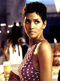 Top Bond Girls Image of the Day - Halle Berry Halle Berry James Bond, Halle Berry Sexy, Halle Berry Style, Halle Berry Short Hair, Halle Berry Pixie, James Bond Girls, James Bond Movies, Best Bond Girls, Halley Berry