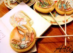 La storia di Peter Coniglio illustrata a mano con colori alimentari su pasta di zucchero (primo compleanno Andrea) #easter #peter #rabbit #cookies #handpainted #food #sweets #potter #tales #baby #stories #birthday @Lu @Marjolein Kok