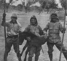 戦場で生れた日本軍の仔馬。跳ね回るのを捕まえて記念撮影。戦列部隊の日本軍馬は去勢が原則だった為、出産は珍しいケースです。 中国戦線にて 帝國ノ犬達-軍馬