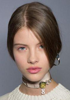 El rosa será un must en esta temporada. Usarlo en tonalidades pálidas en boca y ojos te dará un look chic y romántico.  Foto: Dior.