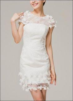 Kurzes Brautkleid mit Drapierung und Blüte By : Lafanta