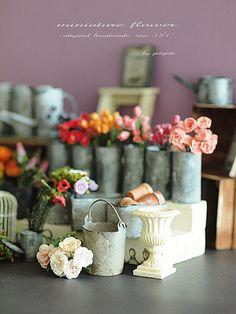 ミニチュアも春です♪色鮮やかな花を沢山作りました。薔薇をはじめ、チューリップ、アネモネなど。お花のサイズは、お米の粒ぐらいになります。チューリップの花びら...