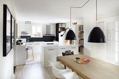 Eames stole og sorte lamper
