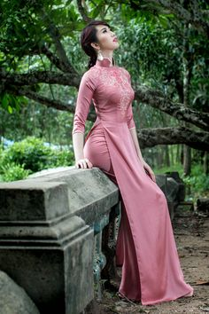 """The Vietnamese """"Ao Dai"""", the long gown worn with trousers by Vietnamese women, has become the symbol of the Vietnamese feminine beauty, an. Love the modern traditional look Vietnamese Clothing, Vietnamese Dress, Vietnamese Traditional Dress, Traditional Dresses, Modern Traditional, Oriental Fashion, Asian Fashion, Kaftan, Moda China"""
