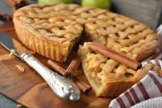 La crostata di mele con pinoli e cannella è una variante della classica crostata di mele, resa ancora più profumata e saporita. Ecco la ricetta