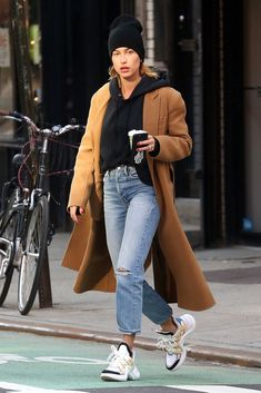 Hailey Baldwin Steps Out in Fashion s New Street Style Approved Sneaker Street Style Baldwin Fashions Hailey Sneaker steps Street Streetstyle StyleApproved # Estilo Hailey Baldwin, Hailey Baldwin Style, New Street Style, Sneakers Street Style, Looks Street Style, Sneaker Street, Street Styles, Autumn Street Style, Casual Street Style