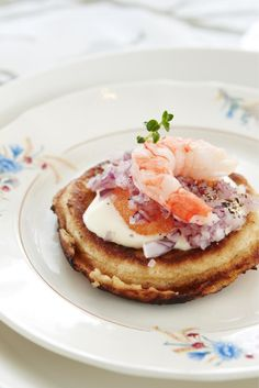 Perinteiset blinit // Blinis with red onion and roe Food Sinikka Sokka Photo Timo Villanen Maku www. Lunches And Dinners, Seafood Recipes, Great Recipes, Pancakes, Waffles, Easy Meals, Food And Drink, Appetizers, Vegetarian
