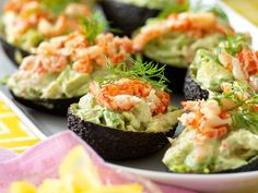 kraftfyllda-avokadohalvor-recept Healthy Snacks, Healthy Recipes, Jambalaya, Bon Appetit, Guacamole, Tapas, Seafood, Food And Drink, Turkey
