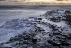 El Despeñadero del Gigante, Irlanda del Norte  Estas maravillosas formaciones prismáticas parecen no ser trabajo de la naturaleza, pero ¡Claro que lo son!