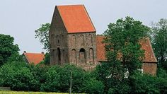 Der schiefe Kirchturm in Suurhusen (Landkreis Aurich).  Weniger durch ihre Orgel, sondern vor allem durch ihren Glockenturm ist die Kirche von Suurhusen weit über die Grenzen Ostfrieslands hinaus bekannt. Denn mit 2,34 Metern Überhang bei einer Höhe von 27,37 Metern gilt er als schiefster Turm der Welt, bestätigt vom Guinness-Buch der Rekorde. Besonders aus östlicher Richtung ist die Neigung.  Schiefer als der Turm von PISA! p