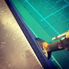 Creasing is my favorite part! #leathercraft #leathertools #handcrafted #leathercreasing #fileteusemanuelle