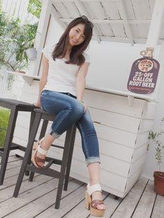 Little Girl Leggings, Girls Leggings, Beautiful Asian Girls, Asian Woman, Asian Beauty, Mom Jeans, Poses, Denim, Womens Fashion