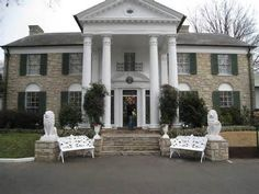 Graceland - The home of Elvis Presley, Memphis, TN I want to go see the home of the King of Rock & Roll. Elvis Presley House, Graceland Elvis, Graceland Mansion, Great Places, Places Ive Been, Places To Visit, Vacation Trips, Vacation Spots, Vacation Destinations