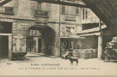 La cour de l'auberge de L'Aigle d'Or (17e siècle), au 41 de la rue du Temple, vers 1900  (Paris 3ème et 4ème)