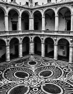 El patio interior del antiguo edificio de la Universidad de Catania, Catania, Sicilia